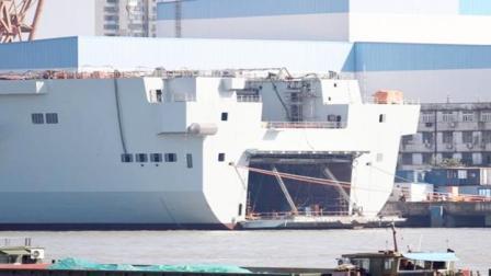 075新照亮相!舰尾坞舱大门首次开启,容积巨大:能再装一艘战舰
