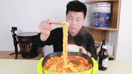 双十一快递开箱 37元网购一箱韩式部队火锅,小伙煮了一大锅,加芝士的火锅好吃吗