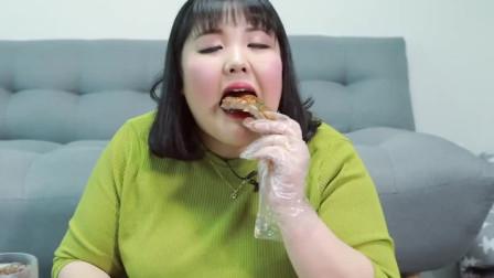 《韩国吃播秀彬》吃海鲜奶油意大利面,啃着肉超多的骨头,太好吃了啊!