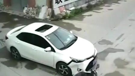 脑瓜子嗡嗡的!小伙骑电动车撞上轿车,飞出去一米远后摸了摸头