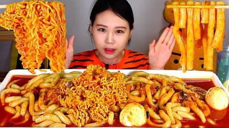 """韩国吃播:""""一大盆辣炒年糕"""",这年糕很像乌冬面,卡妹吃得真香"""