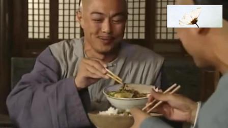 皇上吃鲜贝、海参;纪晓岚吃鸡腿鸡蛋;和坤只能吃野菜,差距呀!