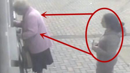 """女子街头乞讨,被拒后竟然动手抢钱,监控拍下""""疯狂一幕"""""""