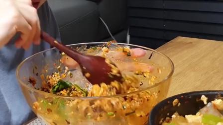《韩国农村美食》砂锅炖的豆腐大酱汤,配上蛤蜊辣酱拌饭,小姐姐吃的真香