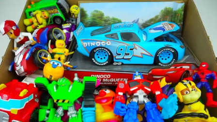 展示装满小汽车卡通玩偶指尖陀螺玩具的盒子