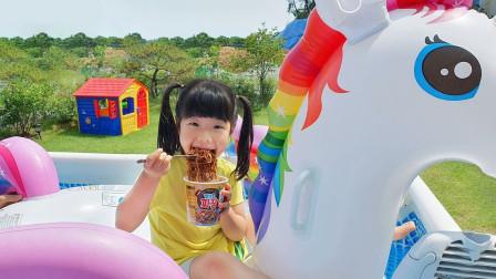萌宝卡通玩具:小萝莉和独角兽吃泡面!被爷爷发现的她们该怎么办