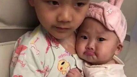 妹妹做错事被妈妈教训,可怜兮兮的寻求哥哥的保护,这画面太暖了