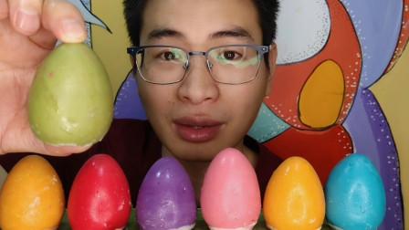"""眼镜哥吃创意""""鸡蛋巧克力"""",五彩圆溜好厚实,香甜丝滑回味无穷"""