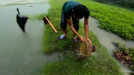 下雨天鱼多适合出来捕鱼,看看小哥捕获了多少?