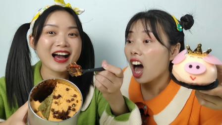 閨蜜惡作劇妹妹吃火鍋蛋糕巴適得很姐姐手拿豬頭包直撇嘴