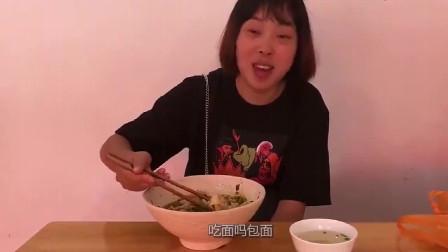 农村美食:秋妹中午外面小店要了三两包面,多放辣椒,吃的真香!