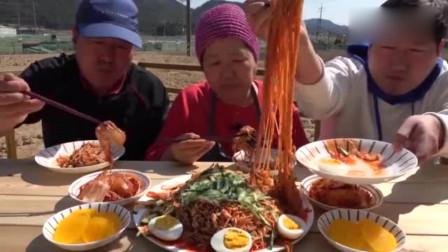 韩国一家人户外吃播,特色冷面吃的太香了,一下子就见底了