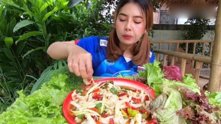 泰国美女户外吃美食,泰式酸辣无骨凤爪,想吃