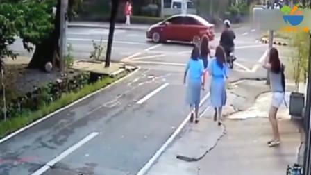 几名女学生站在路边聊天,男子突然冲了过去,下一秒真时太猖狂了