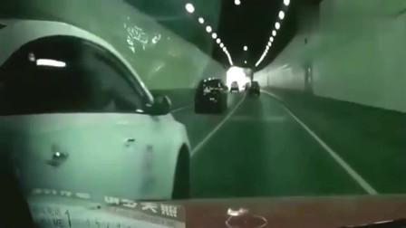 监控:白车隧道内超车被怼,下一秒白车司机路怒症发作,直接还击