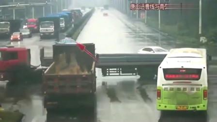 大货车谨慎转弯却遭遇惊魂一幕,车头被重重一击,司机吓得跳车