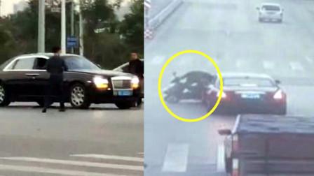 事故监控曝光!广西钦州街头劳斯莱斯被电动车撞上