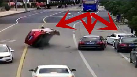 黑车全责!监拍:路旁黑车起步太突然 过路红车被顶翻