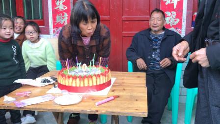奶奶70岁生日了,一家人吹蜡烛吃蛋糕,其乐融融,有祝福吗?