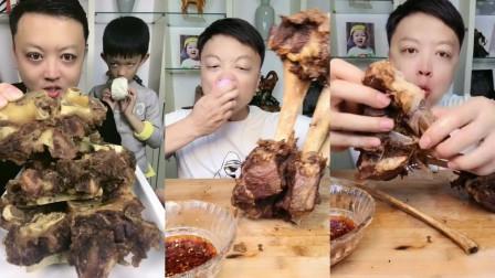 帅气小哥哥美食吃播:牛骨头还有脱骨牛排,搭配生洋葱,吃的真馋人