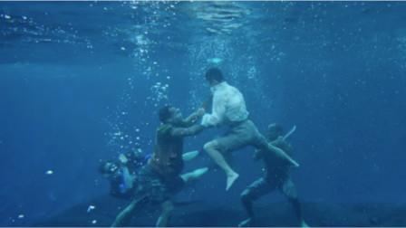《战狼2》:吴京的另类暴力美学,这段水下搏斗,简直不要太帅