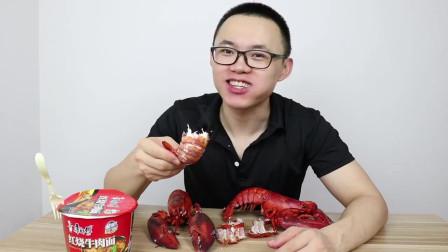 小伙试吃100块一斤的波士顿大龙虾,配上方便面,豪华版海鲜面