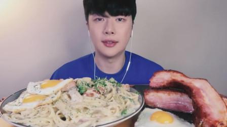 韩国吃货小哥,吃巨型培根、奶油通心粉、煎蛋,看这吃相,吃的太过瘾了