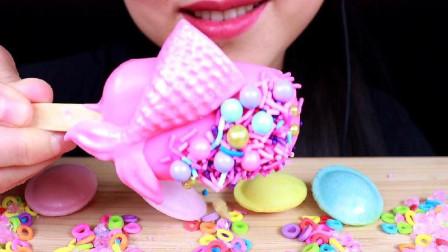 小姐姐吃美人鱼脆皮蛋糕棒,粉粉的嘎嘣脆少女心十足,又美又好吃