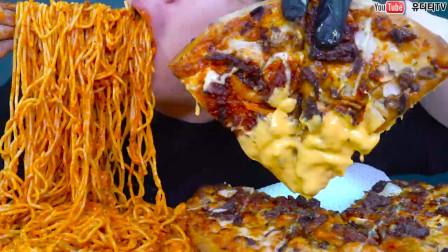 """大胃王小哥吃意大利面+披萨,一口吃下去,妥妥的""""深渊巨口"""""""
