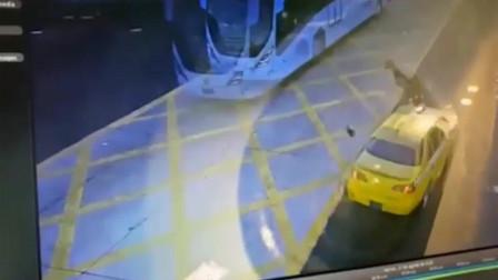 交警在路口指挥交通,当场被出租车撞飞,这司机摊上大事了吧?