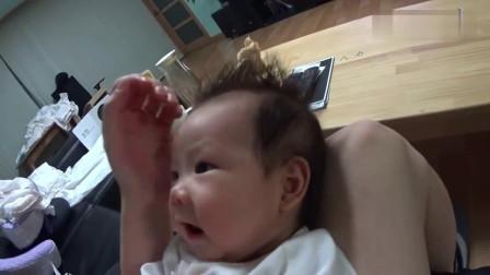 小宝宝张着嘴巴和爸爸聊天,因为爸爸听不懂,宝宝最后急哭了