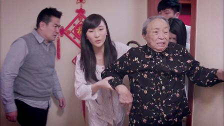 小两口新婚之夜,奶奶悄悄躲门口偷听,结果下秒场面尴尬了!