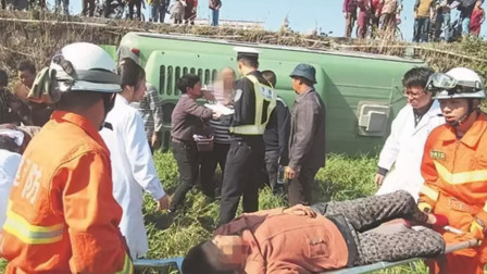 泉州南安一公交车侧翻到路边农田5人受伤被困 消防紧急救援