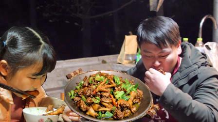 实力宠粉,农村小哥150买6斤鸡做滕州辣子鸡,直接上手拿着啃过瘾