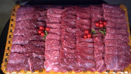 《韩国农村美食》鲜嫩的牛肉片在黛特果上煎叔,配上生菜叶和洋葱,一点都不腻