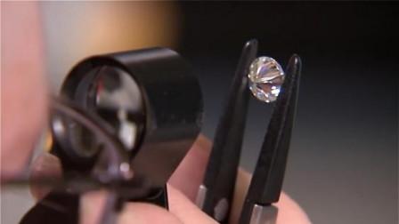 男子用铁锤猛砸钻石,反倒把自己累得够呛,你以为这是塑料啊?