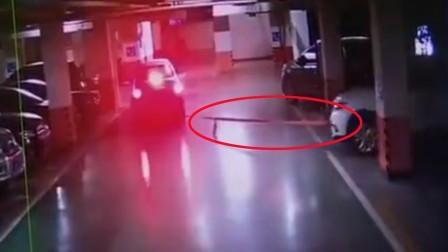 """男子停地下车库的车""""不翼而飞"""" 保安竟给偷车贼开闸放行"""