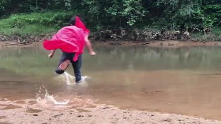 农村小伙在河边练习轻功水上漂,这玩法厉害了,脑子有问题吗?