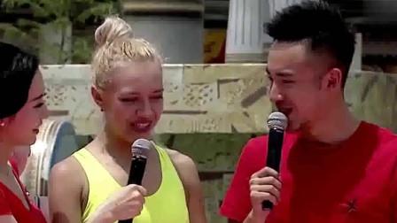 外国美女水上闯关,没想到走到一半就放弃了,网友:跳水表演?