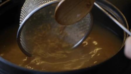 《韩国农村美食》大砂锅熬煮的大酱汤,放入葱花青菜一起煮,浓稠美味