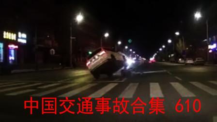中国交通事故合集610:女司机开车分神,撞烂一排护栏,还挂在了柱上