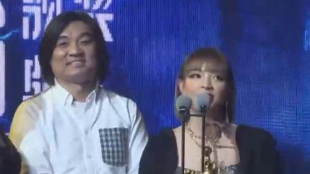VaVa荣获年度说唱歌手奖,现场宣布重要消息开心到转圈 快剪  1124052419