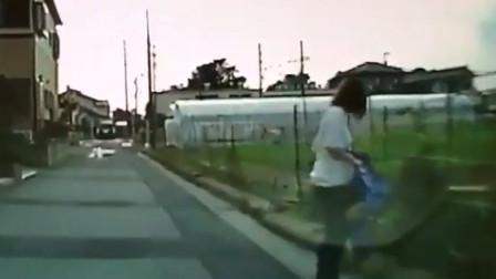 车辆正行驶在一条小路上 有一名骑着脚踏车的小孩子突然冲出来