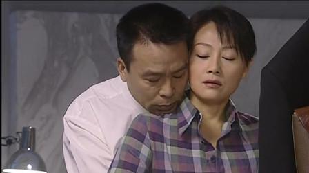 醉酒老板深夜来到少妇家里,两人刚见面,老板直接背后拥吻