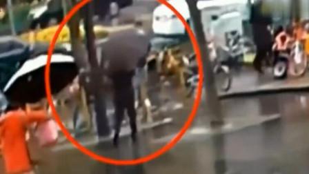 雨天女子撑伞过马路,丝毫未感觉到身后异常,瞬间悲剧了