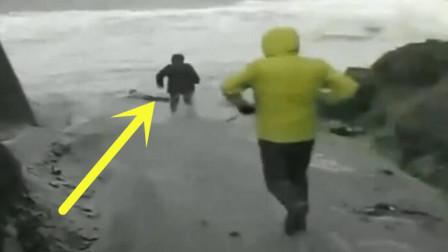 海岸游玩,两游客刚玩嗨了,没想到大海开了一个玩笑!