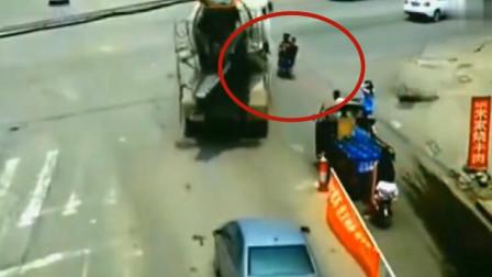 兄弟俩骑车闯红灯,大货车完全没看到,监控拍下这样揪心的瞬间