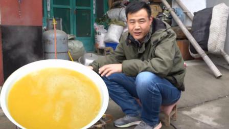 天气越来越冷了,国勇早起做了热乎乎的玉米面粥,大冷天的最适合喝粥了,一家人热乎乎的喝点粥,营养又健康。