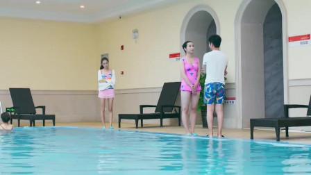小伙在泳池边撩妹,没想到女朋友到场了,下一秒男子秒怂!