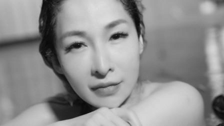 萧亚轩生病后复出拍MV 素颜泡在水中过敏冒疹子